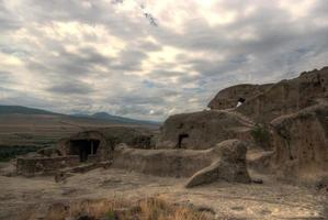 antiga cidade talhada em rocha foto