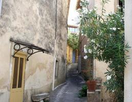 beco na pequena vila francesa foto