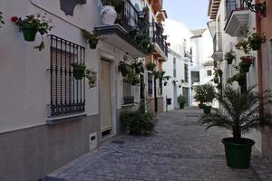 rua na típica vila andaluza foto