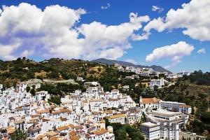 típica aldeia andaluza branca foto