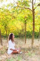 linda garota fazendo exercícios de ioga foto
