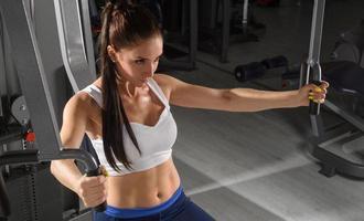 mulher desportiva treinando no ginásio foto