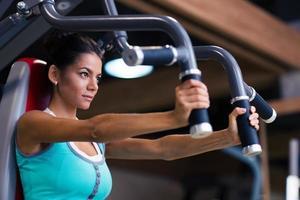 treino de mulher na máquina de exercícios foto