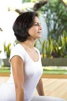 mulher jovem e atraente exercitando foto