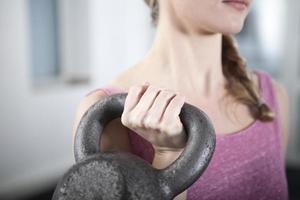 instrutor de fitness holing kettlebell foto