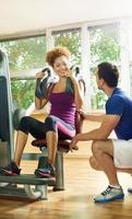 mulher afro-americana exercício em uma academia. foto