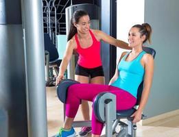 mulheres de abdução de quadril exercem-se no ginásio interior