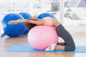 vista lateral de uma mulher apta exercitando foto