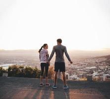 corredores em pé na encosta da manhã foto
