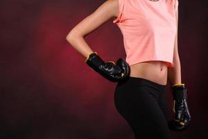 jovem mulher com luvas de boxe