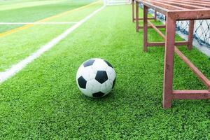 bola de futebol no campo e substitutos de futebol foto