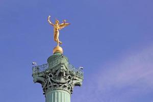 gênio da liberdade na coluna de julho, lugar da bastilha. foto