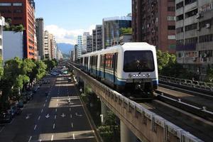 um ônibus no sistema de trânsito rápido de taipei
