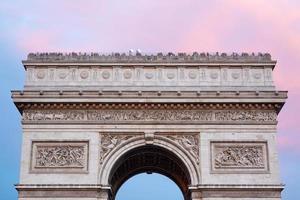 arco do triunfo em paris, telhado com turistas foto