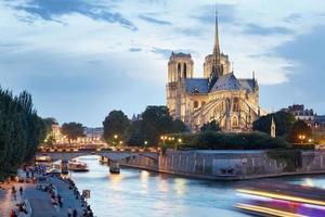a catedral de notre dame de paris ao entardecer foto