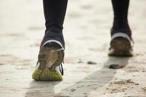 close-up vista traseira do pé feminino correndo foto