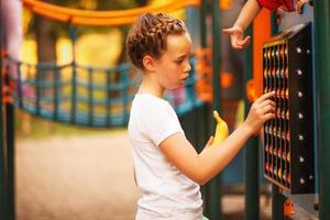 menina caucasiana no parque infantil foto