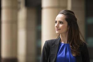 mulher de negócios caucasiano permanente ao ar livre. foto