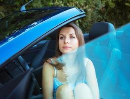 mulher caucasiana em um cabriolet foto