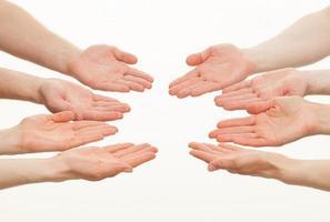 palmas das mãos abertas de um grupo de pessoas caucasianas