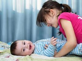 retrato de crianças caucasianos, jogando em casa foto