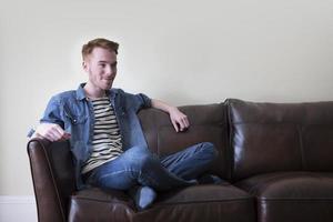 retrato de um homem caucasiano moderno em casa. foto