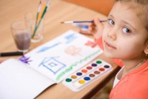 pintura em aquarela menina bonita caucasiana e olhar na câmera foto