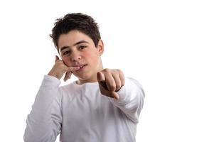 garoto caucasiano, fazendo um gesto de ligação e apontando foto
