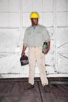 trabalhador americano africano com lancheira foto