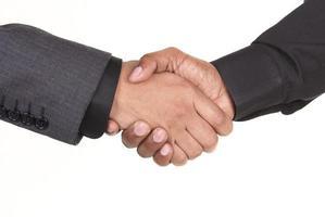 empresários afro-americanos, apertando as mãos foto