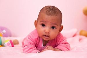 adoráveis menina afro-americana bebê menina - pessoas negras foto