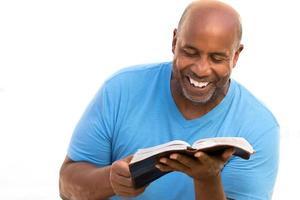homem afro-americano lendo. foto