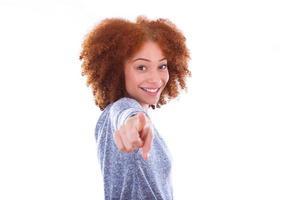 jovem adolescente americano africano, apontando o dedo para os seixos foto