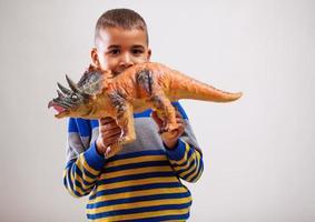 criança e brinquedo foto