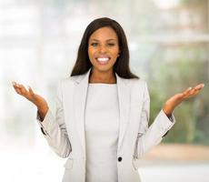 empresária afro-americana no escritório moderno foto