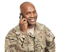 soldado americano africano, falando no celular