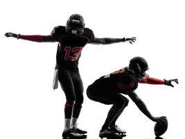dois jogadores de futebol americano na silhueta de scrimmage foto