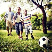 conceito de atividade de férias de férias de felicidade de família africana