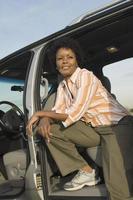 mulher em pé na minivan foto