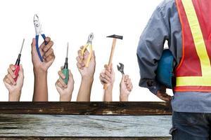 trabalhador da construção civil com ferramentas isolado fundo branco. foto