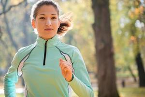 mulher correndo na natureza foto