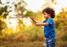 menino afro-americano, ao ar livre foto