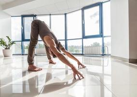 homem de ioga treinando na academia foto