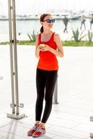 mulher de esporte na estação de ônibus foto