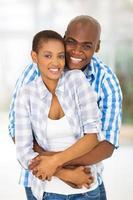 jovem casal americano africano, abraçando foto