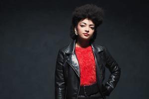 mulher afro-americana elegante na jaqueta de couro