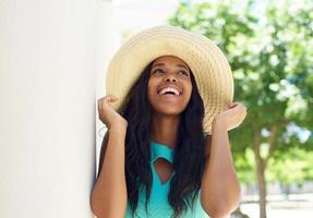 modelo afro-americano sorridente com chapéu de sol foto