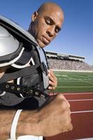 jogador de futebol colocando almofadas foto