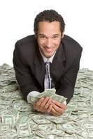 empresário deitado em dinheiro foto