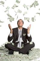 dinheiro caindo sobre o homem foto